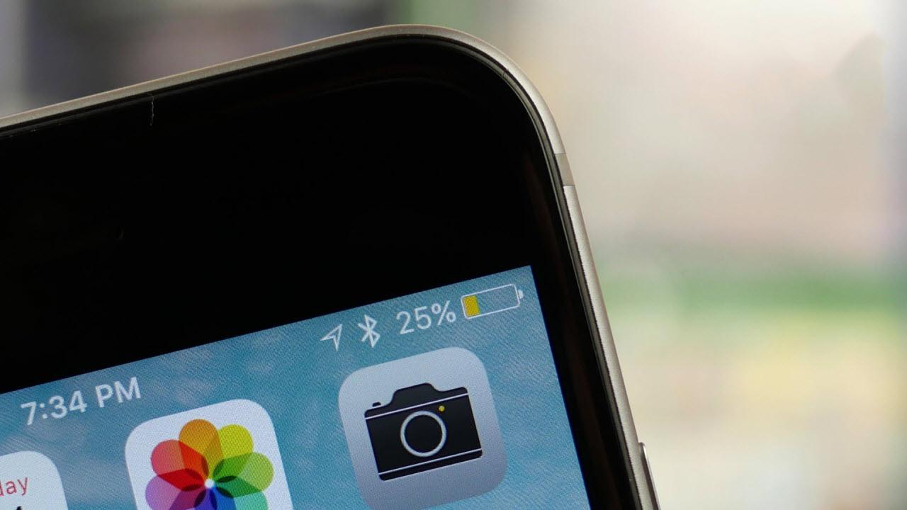 Почему батарея на айфоне горит желтым цветом