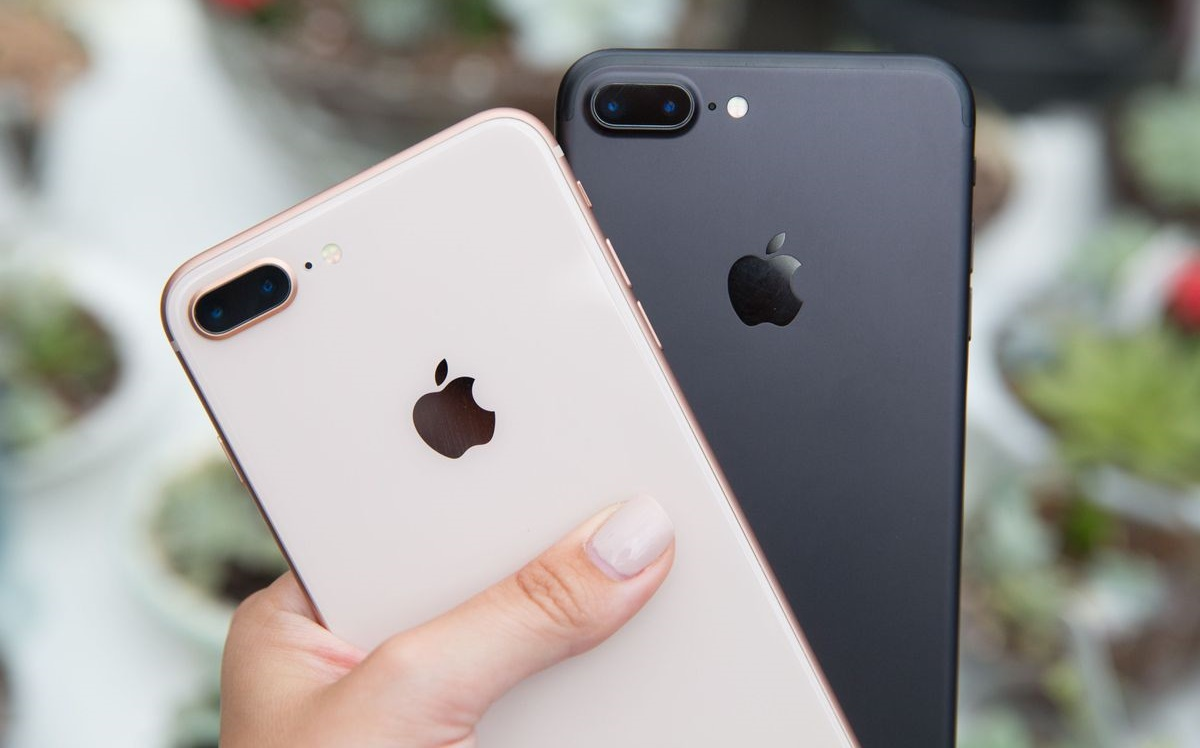 Слева - iPhone 8 Plus (Gold), справа - iPhone 7 Plus (Black)
