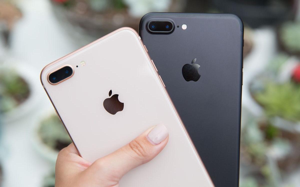 Слева - iPhone 8 Plus (Gold), справа - iPhone 7 Plus (Black)