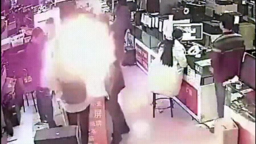 китаец укусил айфон в магазине