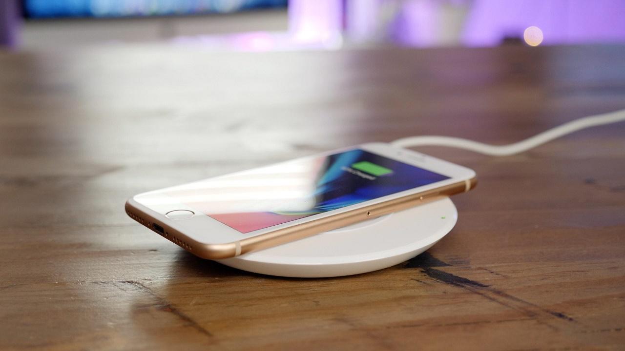 iPhone 8 на беспроводной зарядке