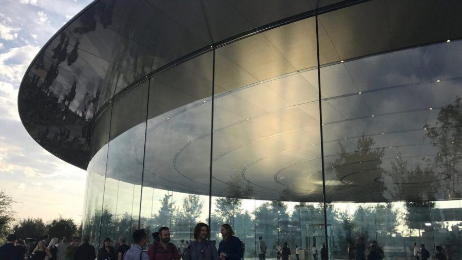 Сотрудники Apple получили травмы врезавшись в стены кампуса