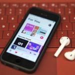 Как посмотреть текст песни в Apple Music?