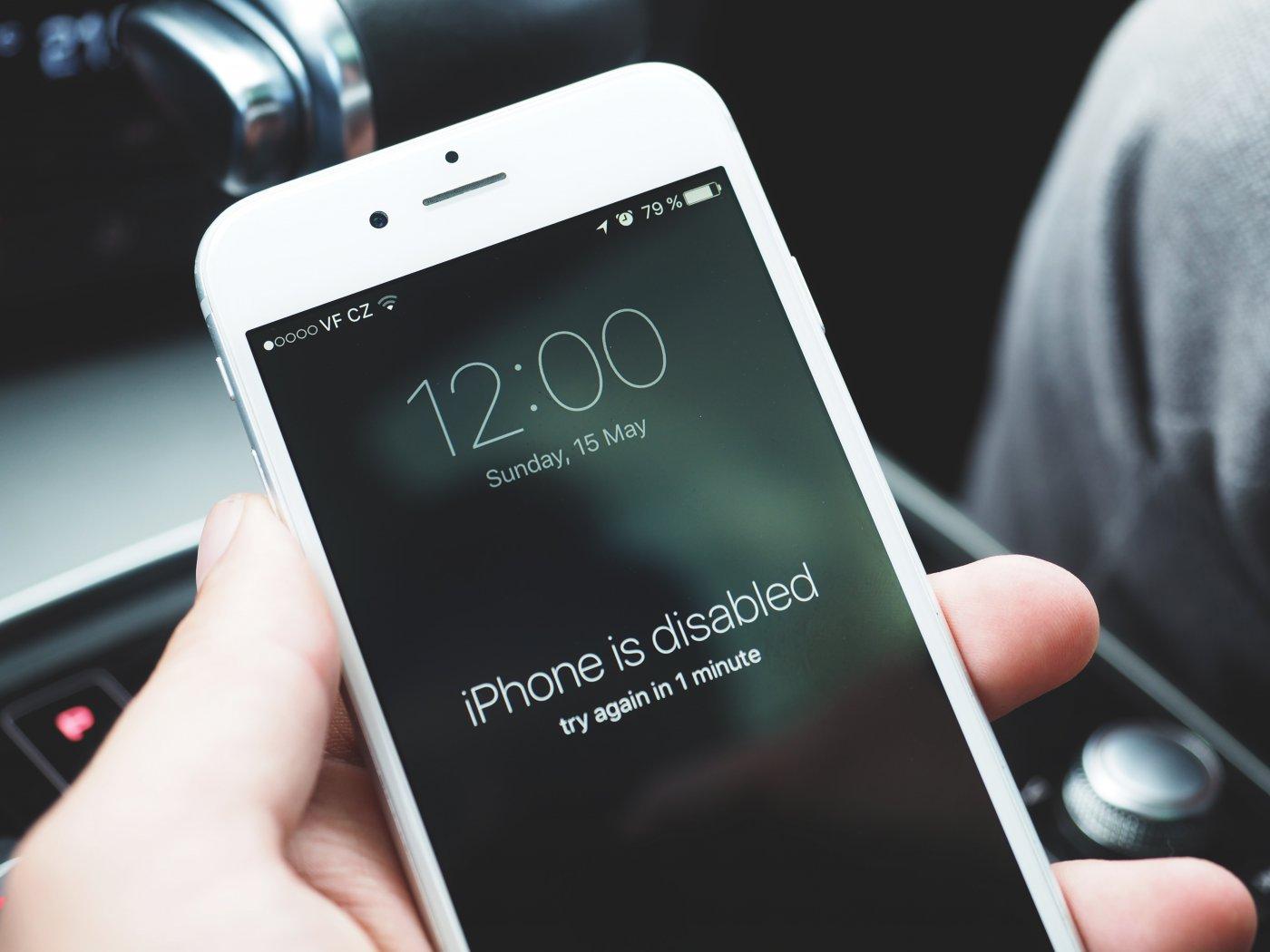 iPhone отключен, повторите через 1 минуту