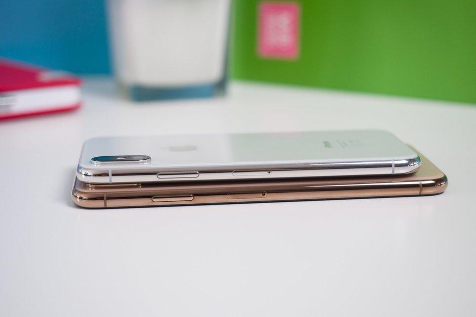iPhone Xs - вид справа