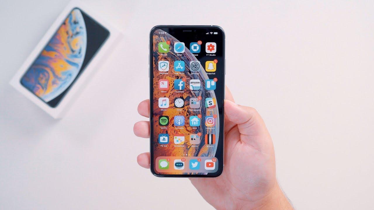 iPhone Xs в руке