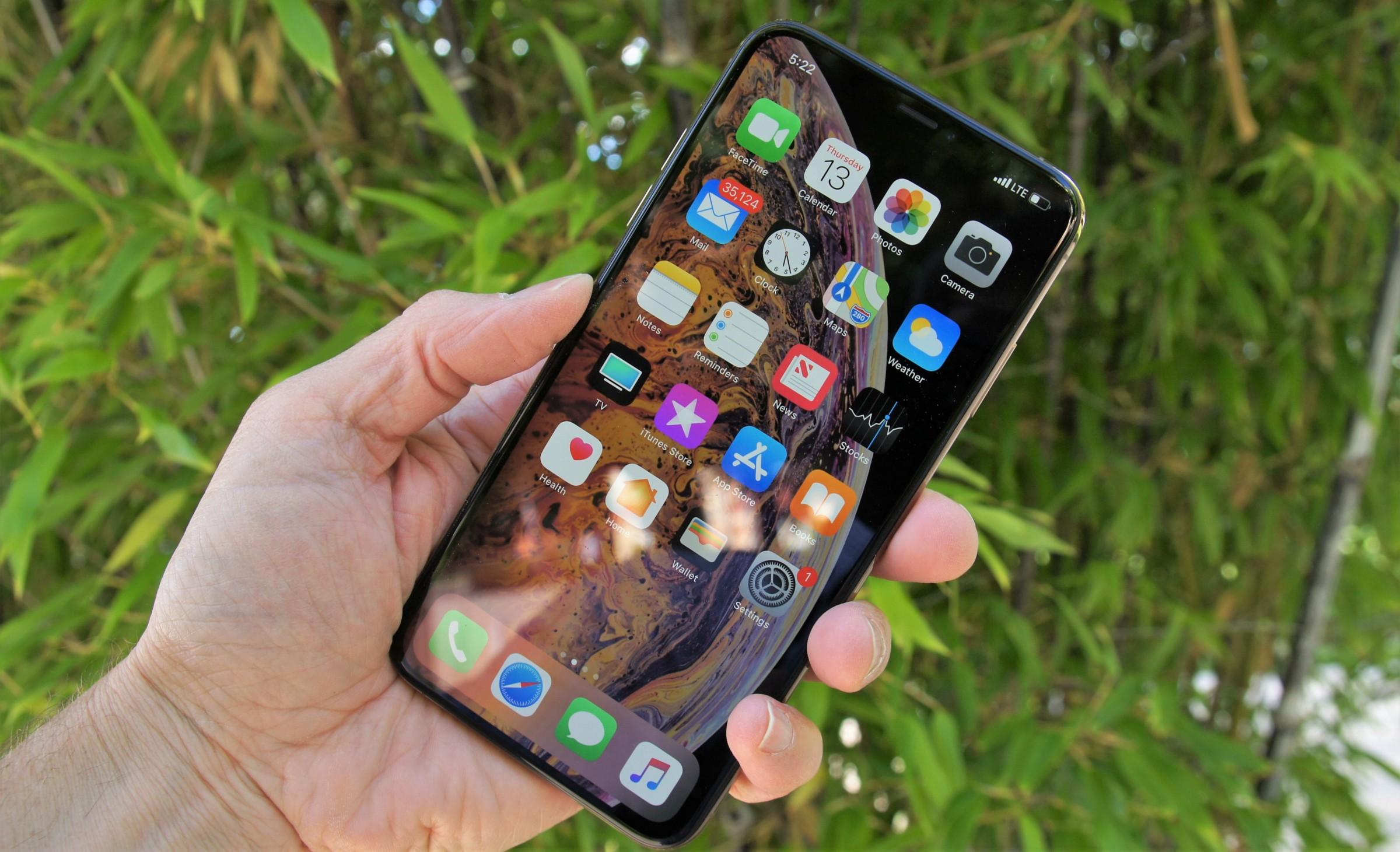 iPhone Xs Max в руке